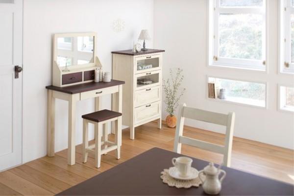 アンティークな雰囲気の家具 スツール 使用イメージ画像