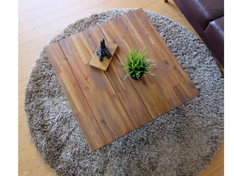 スチール製のリビングテーブル